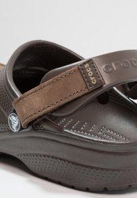 Crocs - YUKON VISTA - Sandály do bazénu - espresso - 5