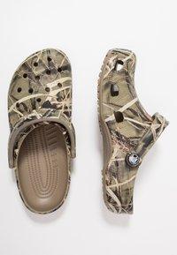 Crocs - CLASSIC REALTREE - Clogs - khaki - 1