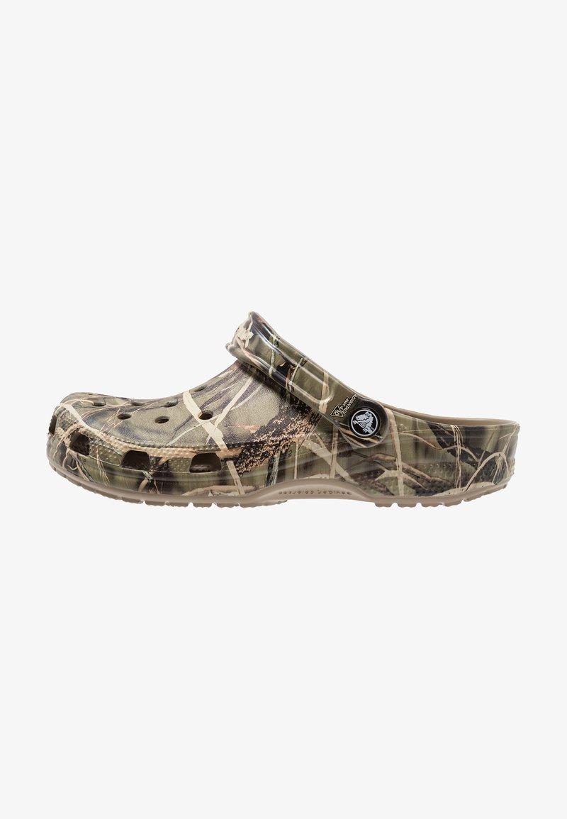 Crocs - CLASSIC REALTREE - Zuecos - khaki