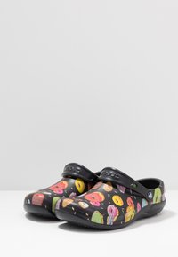 Crocs - BISTRO GRAPHIC - Drewniaki i Chodaki - black/multicolors - 2