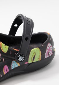Crocs - BISTRO GRAPHIC - Drewniaki i Chodaki - black/multicolors - 5