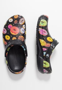 Crocs - BISTRO GRAPHIC - Drewniaki i Chodaki - black/multicolors - 1