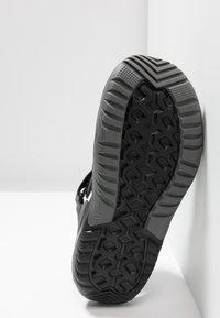 Crocs - SWIFTWATER DECK - Drewniaki i Chodaki - black - 4