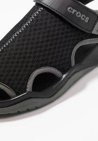 Crocs - SWIFTWATER DECK - Drewniaki i Chodaki - black - 5