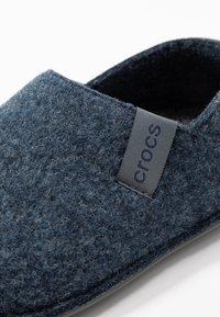 Crocs - CLASSIC CONVERTIBLE - Domácí obuv - navy/charcoal - 6