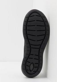 Crocs - LITERIDE PACER  - Sneakersy niskie - black - 4