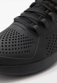 Crocs - LITERIDE PACER  - Sneakersy niskie - black - 5