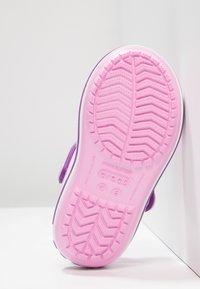 Crocs - CROCBANDKIDS - Sandały kąpielowe - carnation/amethyst - 5