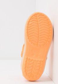 Crocs - CROCBANDKIDS - Chanclas de baño - cantaloupe - 5