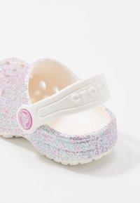 Crocs - CLASSIC GLITTER - Sandalias planas - oyster - 2