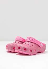 Crocs - CLASSIC GLITTER - Sandalias planas - pink lemonade - 3