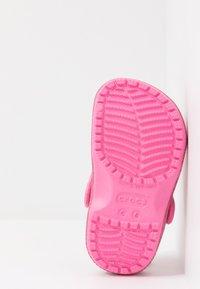 Crocs - CLASSIC GLITTER - Sandalias planas - pink lemonade - 5