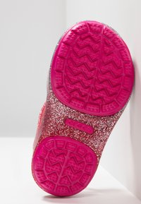 Crocs - ISABELLA CHARM RELAXED FIT  - Sandales de bain - pink ombre - 5