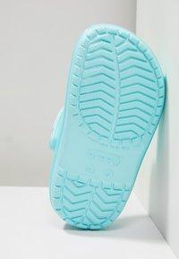 Crocs - CROCBAND ICE POP CLOG - Sandales de bain - ice blue - 5