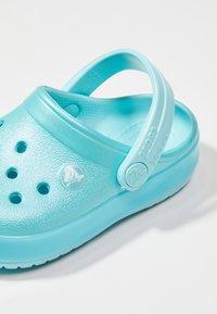 Crocs - CROCBAND ICE POP CLOG - Sandales de bain - ice blue - 6