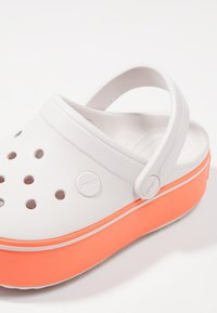Crocs - CROCBAND PLATFORM CLOG - Sandales de bain - barely pink/bright coral - 6