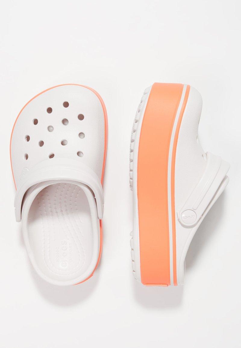 Crocs - CROCBAND PLATFORM CLOG - Sandales de bain - barely pink/bright coral