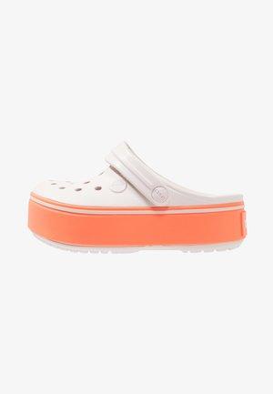 CROCBAND PLATFORM CLOG - Sandály do bazénu - barely pink/bright coral