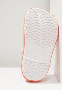 Crocs - CROCBAND PLATFORM CLOG - Sandales de bain - barely pink/bright coral - 5