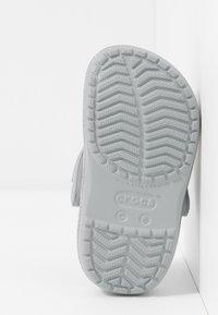 Crocs - CROCBAND GLITTER RELAXED FIT - Sandały kąpielowe - silver - 5