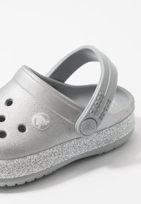 Crocs - CROCBAND GLITTER RELAXED FIT - Sandały kąpielowe - silver - 2