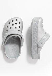 Crocs - CROCBAND GLITTER RELAXED FIT - Sandały kąpielowe - silver - 0