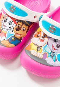 Crocs - FUN LAB PAW PATROL - Sandales de bain - electric pink - 6