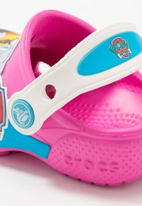 Crocs - FUN LAB PAW PATROL - Sandales de bain - electric pink - 2