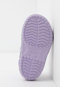 Crocs - UNICORN CHARM - Sandały kąpielowe - lavender - 5