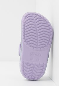 Crocs - CROCBAND MERMAIDMETALLIC - Sandały kąpielowe - lavender - 5