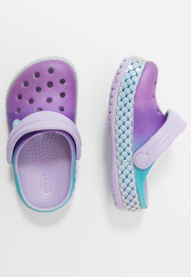 CROCBAND MERMAIDMETALLIC - Sandały kąpielowe - lavender