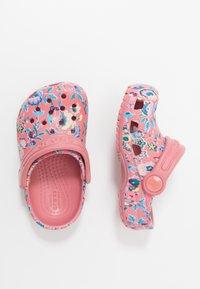 Crocs - CLASSIC LIBERTY GRAPHIC - Chanclas de baño - blossom - 0