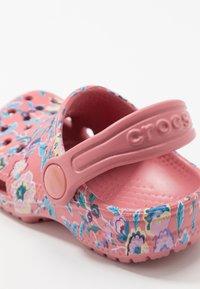 Crocs - CLASSIC LIBERTY GRAPHIC - Chanclas de baño - blossom - 2
