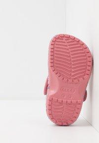 Crocs - CLASSIC LIBERTY GRAPHIC - Chanclas de baño - blossom - 5