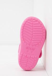 Crocs - CLASSIC CROSS STRAP - Chanclas de baño - pink lemonade - 5