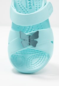 Crocs - CLASSIC CROSS STRAP - Sandały kąpielowe - ice blue - 2