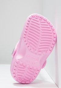Crocs - CLASSIC - Sandały kąpielowe - carnation - 2