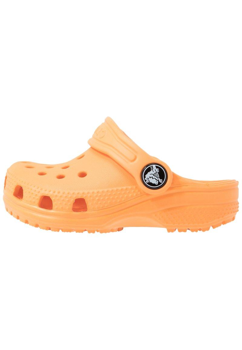 Crocs - CLASSIC - Chanclas de baño - cantaloupe