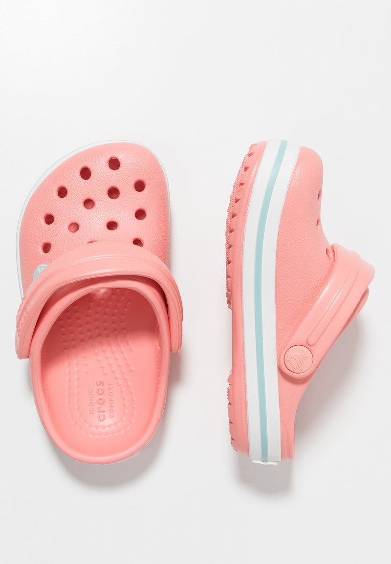 Crocs - CROCBAND RELAXED FIT - Badslippers - melon/ice blue