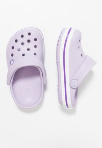 Crocs - CROCBAND RELAXED FIT - Sandały kąpielowe - lavender/neon purple - 0