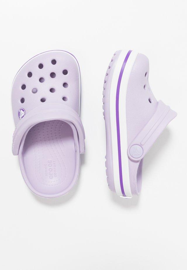 CROCBAND RELAXED FIT - Chanclas de baño - lavender/neon purple