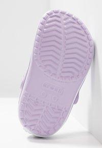 Crocs - CROCBAND RELAXED FIT - Sandały kąpielowe - lavender/neon purple - 5