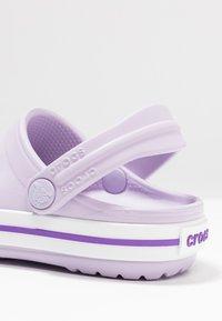 Crocs - CROCBAND RELAXED FIT - Sandały kąpielowe - lavender/neon purple - 2