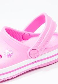 Crocs - CROCBAND RELAXED FIT - Chanclas de baño - party pink - 5