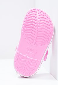 Crocs - CROCBAND RELAXED FIT - Chanclas de baño - party pink - 4
