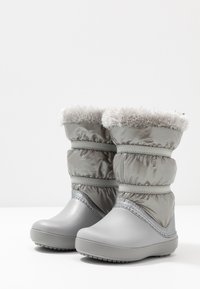 Crocs - LODGEPOINT BOOT - Śniegowce - silver metallic - 3