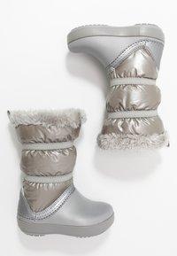 Crocs - LODGEPOINT BOOT - Śniegowce - silver metallic - 0