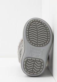Crocs - LODGEPOINT BOOT - Śniegowce - silver metallic - 5
