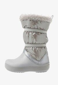 Crocs - LODGEPOINT BOOT - Śniegowce - silver metallic - 1