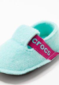 Crocs - CLASSIC - Domácí obuv - ice blue - 2